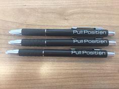 """Over de Balpen Genua: """"De pennen zien er over het algemeen goed uit, maar de bedrukking is niet bij alle pennen helemaal goed. Sommige pennen hebben een opdruk die soms een klein stukje missen. Verder schrijven ze goed."""""""