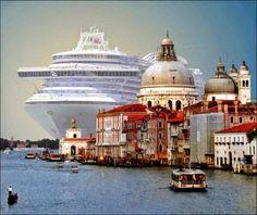 ベネチアの街中から豪華客船を見ると01