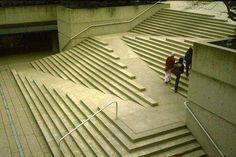Esempio funzionale di architettura d'esterno: una scalinata con inclusa rampa per disabili. Bella.