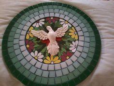 Mandala de 36 cm com base em MDF em mosaico nas cores verdes, com mosaico de flores no centro. Feita com pastilhas de vidro e azulejos. Linda ave simbolizando o Divino Espírito Santo. eu a chamei de Mandala da Paz.