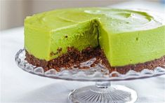 Simple ingredients my kind of cheesecake! avocado lime cheesecake with pecan biscuit base - hemsley + hemsley Avocado Cheesecake, Avocado Dessert, Lime Cheesecake, Cheesecake Recipes, Vegan Cheesecake, Cake Vegan, Raw Cake, Healthy Desserts, Healthy Food