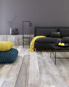 coussins de sol, grands poufs tricotés et canapé composable gris