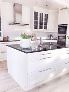 I måndags var det dags att träffa HTH (det ingår ett HTH-kök om man bygger ett Myresjöhus) för att rita köket med stort K. Tänk att äntligen...
