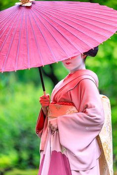 )She finished the Maiko in May (Maiko is only from 15 to 20 years old) This picture is from the last photo session she is wearing a kimono of Maiko. Japanese Costume, Japanese Kimono, Japanese Girl, Kyoto Japan, Japan Japan, Geisha Art, Memoirs Of A Geisha, Thinking Day, Culture
