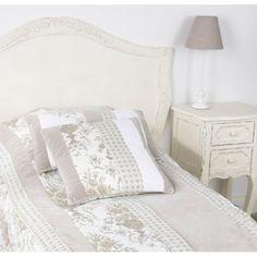 Przeurocza szafka nocna w stylu francuskim z dwiema szufladkami. Jej ozdobą podkreślającą jej urok są finezyjnie poustawiane nogi.