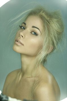 Gorgeous makeup. Really lets the brows be the focus. Amazing
