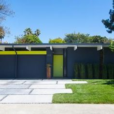 Modern Homes, mid century modern home, front door colors, ideas for entry door Modern Landscape Design, Landscape Plans, Modern Landscaping, Modern Driveway, Driveway Design, Mid Century Modern Door, Mid Century House, Eichler Haus, Garage Door Makeover