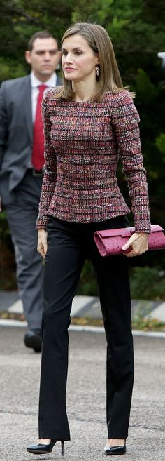 Queen Letizia In Tailored Tweed Top, Black Pants & Pink Clutch. Office Fashion, Work Fashion, Trendy Fashion, Womens Fashion, Estilo Real, Casual Chique, Power Dressing, Tweed Dress, Queen Letizia