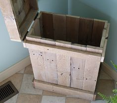 Wood Pallet Projects How to Make a Wood Pallet Recycle Bin - This would be great for different recycle collections! (aluminum, paper, cans for return) Wood Pallet Recycling, Recycling Bins, Recycled Wood, Pallet Crates, Wooden Pallets, Wood Trash Can, Palette Diy, Pallet Creations, Diy Holz