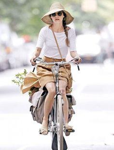 Keri Russel, l'ex-héroïne de la série Felicity, sur son vélo Gazelle Toer Populair - Dispo Chez hollandbikes.com