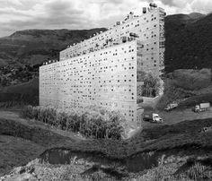 """Parola all'architetto greco Aristide Antonas, che si è appena aggiudicato il primo premio ex aequo al concorso di idee """"Taking Buildings Down""""."""