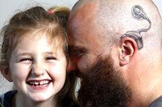 Viu essa? Filha coloca implante auditivo, pai faz tatuagem igual – solidariedade - Blue Bus
