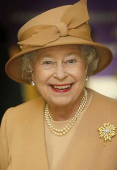 Queen Elizabeth II of the United Kingdom, wearing The Frosted Sunflower Brooch. The Queen, also is wearing Queen Mary's Button Earrings and The Queen's Three Strand Necklace of Family Pearls. English Royal Family, British Royal Families, Prinz Philip, Die Queen, Queen Hat, Royal Queen, Royal Uk, Royal Life, Elizabeth Ii