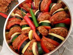 Turkse Dizme gemaakt met Turkse rijst en knoflooksaus Was super lekker Hamdoulli. Middle East Food, Middle Eastern Recipes, Turkish Recipes, Ethnic Recipes, Good Food, Yummy Food, Eggplant Recipes, Food Platters, Easy Healthy Recipes