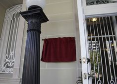 La placa de bronce que identificará esta sede como Embajada de Cuba en los Estados Unidos permanecerá cubierta, hasta este lunes 20 de julio. Foto: Ismael Francisco/ Cubadebate