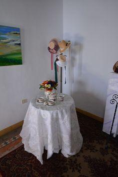 Detalle exposición UN RINCÓN PARA JANE. Del sábado 19 al sábado 26 de abril de 2014. C/Real 21 de Los Llanos de Aridane (San Miguel de La Palma). Sombreros de ROSY CABRERA.