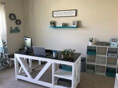 DIY Farmhouse Desk plans that will make your home office pop! Need an office farmhouse desk to spice up the home office? These DIY Desk Plans will make your office come to life. Diy Wood Desk, Diy Desk, Woodworking Furniture Plans, Easy Woodworking Projects, Diy Farmhouse Table, Farmhouse Furniture, Homemade Desk, Diy Office Desk, Furniture Projects