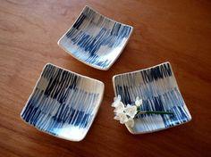 伊藤方也陶画による薄い藍色の草原紋の角皿です。和にも洋にも使える、とても使い勝手の良い一枚です。草原の草をイメージした濃淡のある藍色の線描がさわやかに食卓を彩...|ハンドメイド、手作り、手仕事品の通販・販売・購入ならCreema。