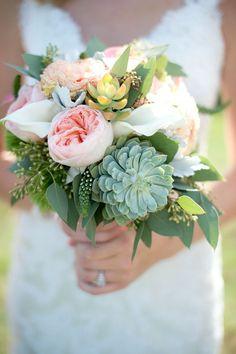 Brautstrauß mit Rosen und Sukkulenten, grün und rosa, Hochzeit