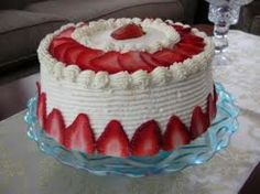 Cakes Decorating Ideas Easy Cake Decorating Ideas For Beginners Beautiful cakes are not just for big bucks on extra-special occasions. You can learn easy cake decorating ideas that you can do yours… White Chocolate Strawberries, Chocolate Strawberry Cake, Chocolate Cake, Strawberry Cream Cakes, Strawberry Recipes, Strawberry Cheesecake, Food Cakes, Cupcake Cakes, Cupcakes