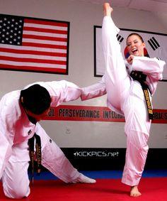 Taekwondo Martial Arts Styles, Martial Arts Women, Mixed Martial Arts, Taekwondo Girl, Karate Girl, Self Defense Martial Arts, Female Martial Artists, Self Defense Techniques, Martial Arts Workout