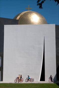 Chapel of St Basil, Houston is part of architecture - Chapel by Philip Johnson, University of St Thomas Houston The slit is actually the entrance to the chapel, which is flooded by light from another slit in the domed roof Church Architecture, Religious Architecture, Futuristic Architecture, Contemporary Architecture, Architecture Details, Landscape Architecture, Houston Architecture, Philip Johnson, St Basil's