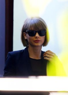 Taylor Swift & Parents Celebrate Grammy Wins at Family Lunch: Photo Taylor Swift heads out to lunch with her parents Scott and Andrea on Tuesday (February at Cecconi's in West Hollywood, Calif. Taylor Swift Parents, Taylor Swift Bob, Taylor Swift Haircut, Taylor Swift Fotos, Taylor Swift Pictures, Taylor Momsen, Taylor Swift Hairstyles, Short Hair With Bangs, Hairstyles With Bangs