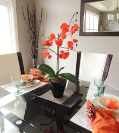 setting a table for staging a dining room Flower Table Decorations, Table Flowers, Diy Flowers, Dining Room Table, A Table, Home Staging, Flower Arrangements, Projects To Try, Table Settings