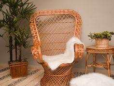 Cadeira Rainha, Cachepô Palito e Redondo Miolo, Mesa Pernalonga Xadrez de Fibra Natural com acabamento brilhante.