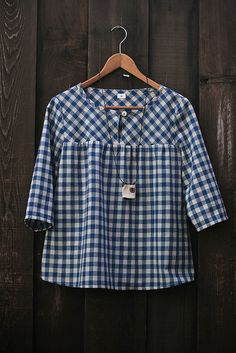 Love this gingham blouse Sewing Clothes, Diy Clothes, Clothes For Women, Dress Sewing, Umgestaltete Shirts, Shirt Diy, Kids Fashion, Fashion Outfits, Fashion Shoes