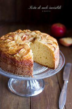 LaTorta di mele invisibili e ricotta è una torta golosissima. Un dolce autunnale perfetto per le colazioni o le merende. Morbidissima e super facile.