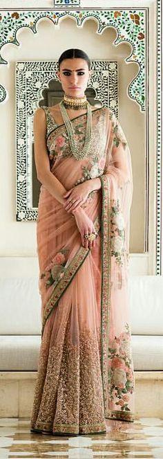 39 Summer Street Style Looks That Will Make You Look Fantastic - Global Outfit Experts Indian Attire, Indian Wear, Pakistani Outfits, Indian Outfits, Elegant Saree, Desi Clothes, Indian Sarees, Sabyasachi Sarees, Lehenga