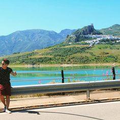 Hitchhiking to freedom! Anyone? 😎👍 #solotravel #solotraveler #backpacker #travel #traveler #globetrotter #jetsetter #instatravel #vacation #trip #travelgram #travelwriter #travelblogger #travelblog #travelinstyle #instago #photooftheday #mytravelgram #igtravel #ilovetravel #wanderlust #travelpics #travelphotography #traveltheworld #instalike #inspirational #hitchhiking #lake #homme #road