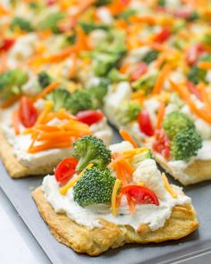 Vegetable Pizza is the ultimate party food: Always a hit, never any leftovers! I… Vegetable Pizza is the ultimate party food: Always a hit, never any leftovers! It's also the tastiest way to eat vegetables, ever. Pizza Legume, Snacks Sains, Christmas Party Food, Christmas Appetizers, Birthday Appetizers, Tailgate Appetizers, Simple Appetizers, Finger Food Appetizers, Healthy Appetizers