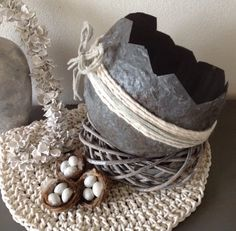 XXL gemaakt paasei. Gemaakt van muurvuller en een ballon. De volledige omschrijving staat op mijn FB pagina Diy Easter Decorations, Halloween Decorations, Crafts To Sell, Diy And Crafts, Making Easter Eggs, Rustic Crafts, Egg Designs, Stone Crafts, Egg Decorating