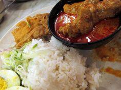 La cucina peranakan combina sapori speziati e ingredienti tipici dei piatti malesi, come il maiale e l'anatra, cucinati secondo tecniche di cucina cinese aggiungendo elementi della gastronomia thailandese, portoghese e indiana.