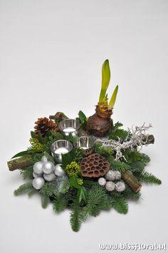 * Biss Floral Christmas Flower Arrangements, Christmas Flowers, Christmas Centerpieces, Xmas Decorations, Flower Decorations, Christmas Holidays, Christmas Wreaths, Winter Flowers In Season, Christmas Lights In Room