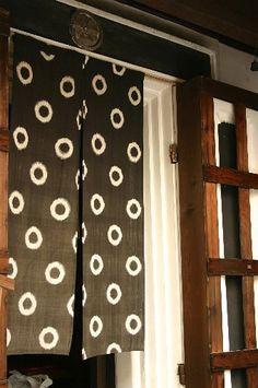 Example of a noren for in hallway doorways Japanese Shop, Japanese House, Japanese Design, Japanese Culture, Japanese Art, Doorway Curtain, Noren Curtains, Curtain Designs, Japanese Fabric