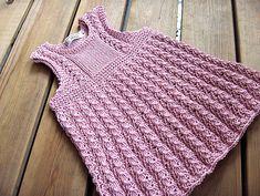 ancora un bellissimo abitino scamiciato da bambina. Il modello originale è di JaanaMaa e lo trovate qui   http://www.ravelry.com/patterns/l...