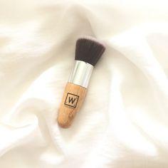 Brocha de maquillaje vegana para aplicar polvo compacto, polvo suelto o rubores. Muy suave y de pelo denso con mango de madera proveniente de bosques sostenibles y las cerdas de fibras sintéticas de alta calidad.