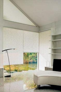 plisy - białe wnętrza - neutralne pokoje - minimalistyczne aranżacje - osłony na niestandardowe okna - plisy można kupić tu http://sklepzoslonami.pl/systemy-oslonowe/plisy.html
