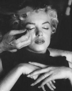 """1954 / Séance maquillage, notamment pose des faux cils par Allan """"Whitey""""…"""