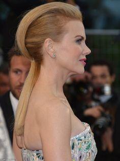 Nicole Kidman pour la cérémonie d'ouverture avait une queue de cheval , les cheveux en arrière, crêpés sur le devant avec un petit côté rock c'est la tendance du Festival de Cannes 2013 !  http://www.matandmax.com/salons/fr/tendances/stars.html