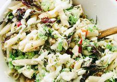 Cette délicieuse salade de pâtes aux pommes et céleri est parfaite pour l'été... En plus, c'est servi avec de la vinaigrette César et on aime ça ;) Quinoa Salad Recipes, Pasta Recipes, Cooking Recipes, What Is Quinoa, How To Cook Quinoa, Quinoa Benefits, Cold Meals, Vegetable Dishes, Vegetarian Cooking