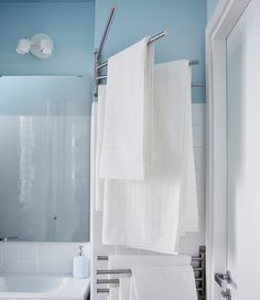 Do you need to keep a lot of things in a small bathroom? We advise you to use all the corners of the room, as in the case of this towel rack placed in a corner behind the door.