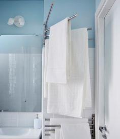 Envie de beaucoup de rangements dans une petite salle de bains ? Une solution consiste à utiliser les coins perdus, comme ce porte-serviettes qui a trouvé sa place près de la porte.
