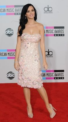 Katy Perry in Badgley Mischka! RfR has a similar Badgley Mischka called the Strapless Pink Rosette Dress, Retail 675.00$ and Rental 115.00$ for 4 days