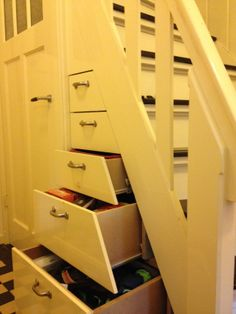 Maak gebruik van het gat onder de trap zonder helemaal in de kast te hoeven duiken! Camper Interior, Interior Design, Stair Storage, Under Stairs, Diy Home Improvement, Kitchen Design, House Plans, Sweet Home, New Homes