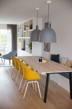 Idée décoration et relooking Salon Tendance Image Description Femkeido Projects - zoiets zou toch wel ruimte geven! Small Dining Room Furniture, Dining Room Bench, Dining Room Design, Room Chairs, Built In Dining Room Seating, Yellow Dining Room, Yellow Chairs, Home Kitchens, Sweet Home