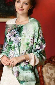 Vkusný dámsky hodvábny šál v zelenej farbe s kvetmi